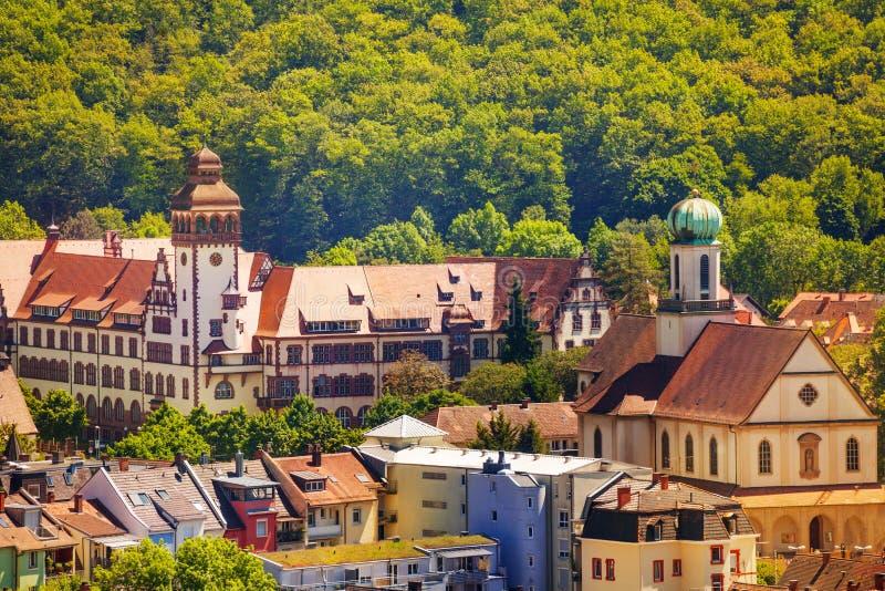 Schönes Stadtbild von mittelalterlichem Freiburg im Sommer stockfoto