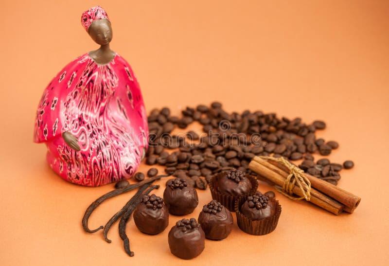 Schönes Stillleben: Schokoladentrüffeln, Zimt, Vanille und lizenzfreies stockbild