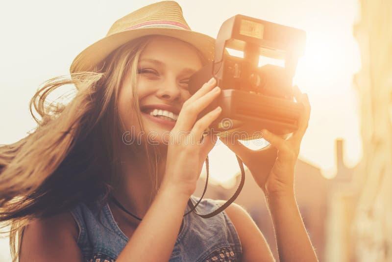 Schönes stilvolles junges Mädchen in der zufälligen Kleidung lizenzfreies stockfoto