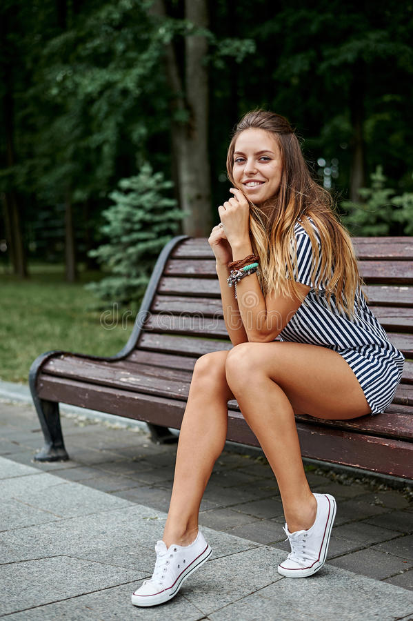 Schönes stilvolles Porträt der recht jungen Frau im Freien stockbild