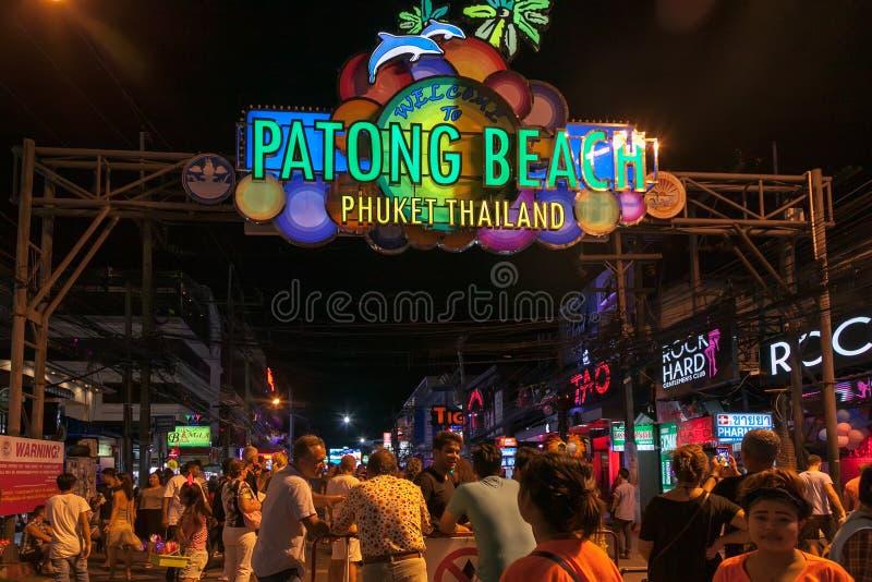 Schönes Strand kata Phuket in Thailand auf puhket Insel Schattenbilder von Leuten bei Sonnenuntergang Im Vordergrund sind das Sch lizenzfreie stockfotografie