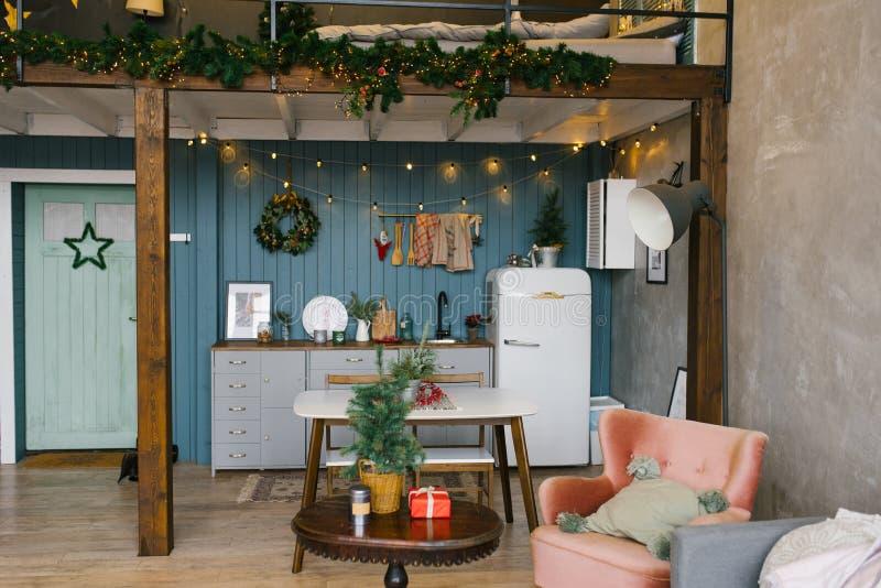 Schönes Studio Apartment im skandinavischen Stil, eingerichtet für Weihnachten und Neujahr, Küche und Tisch. stockbild