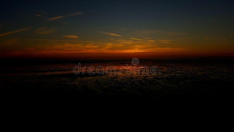 Schönes Sun-Satzreflektieren des Wassers stockfotos