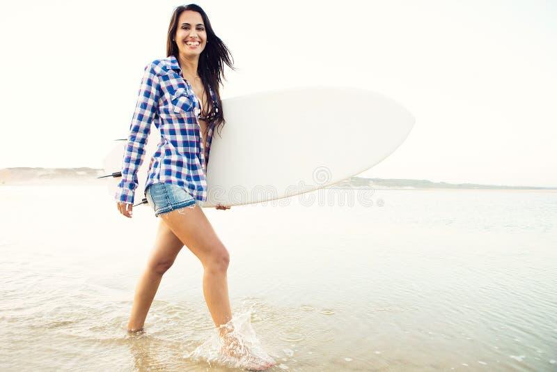 Schönes Surfermädchen lizenzfreie stockbilder