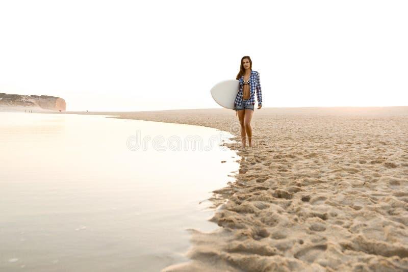 Schönes Surfermädchen stockfotografie