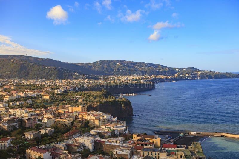 Schönes szenisches der Sorrent-Küstenlinie naple Hafen Süd-Italien lizenzfreie stockfotos