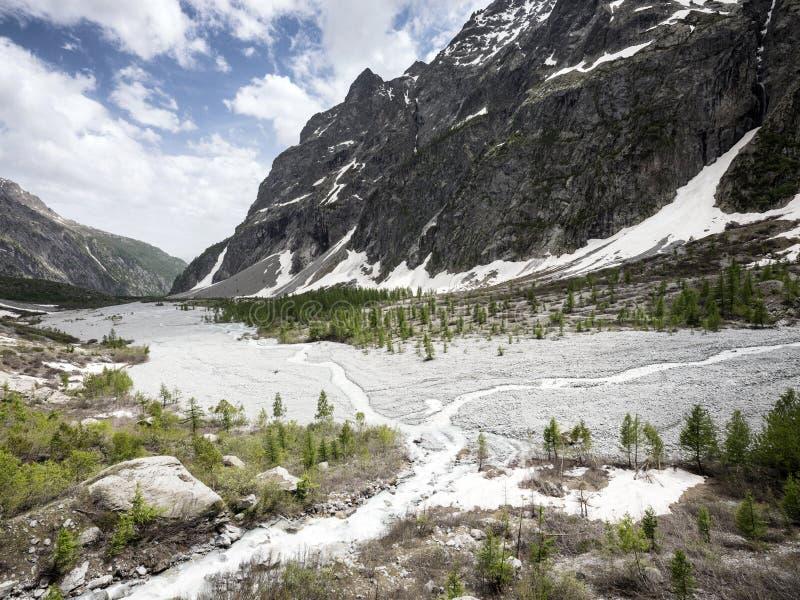 Schönes Tal in parc nationalen DES-ecrins in den französischen Alpen von Haute Provence nahe vor de Frau carle stockfotografie