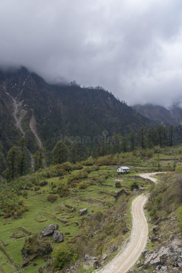 Sch?nes Talansicht unterwegs lachun, Sikkim, Indien lizenzfreie stockfotografie