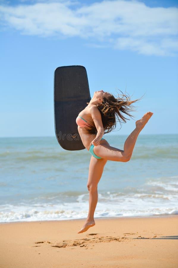 Schönes Tanzen der jungen Frau mit schwarzem Anfänger lizenzfreie stockfotos