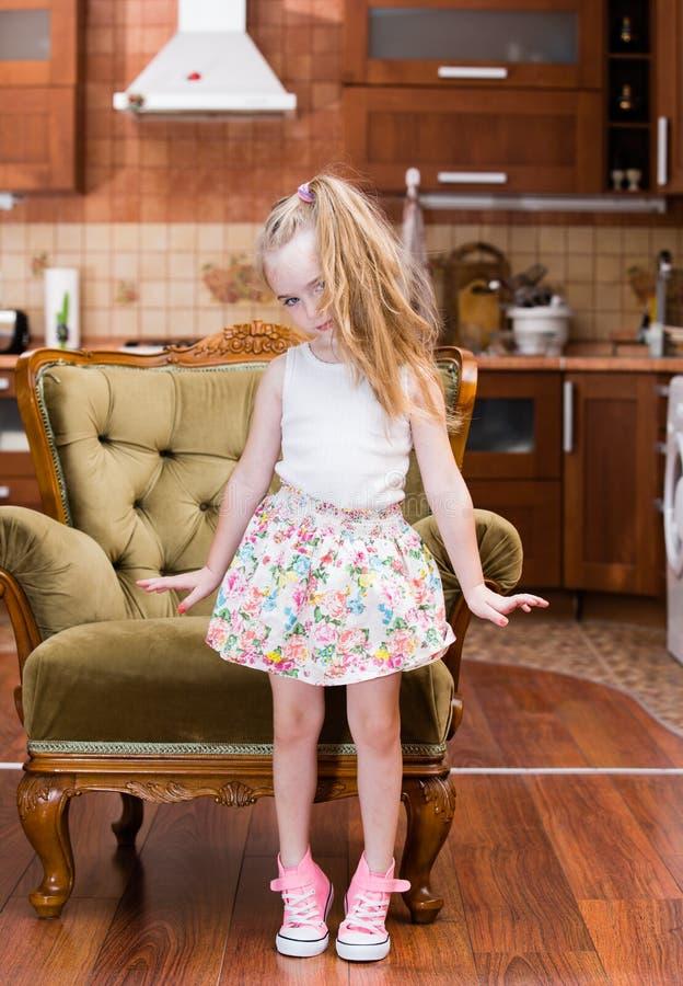 Schönes Tanzen des kleinen Mädchens in der Mitte des Raumes stockbilder