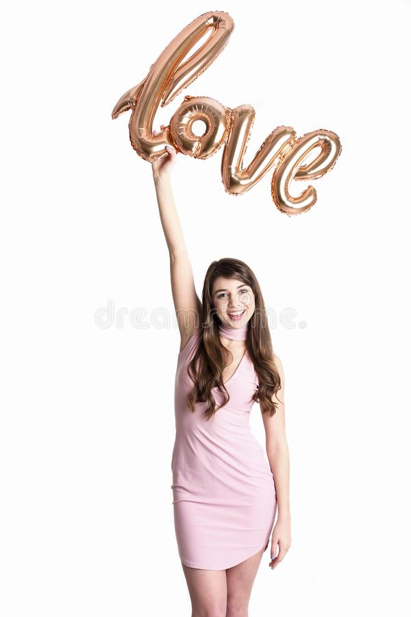 Schönes tausendjähriges weibliches Mode-Modell in der stilvollen Kleidung, die für Valentinsgrußtagesfotoaufnahme den 14. Februar stockfoto