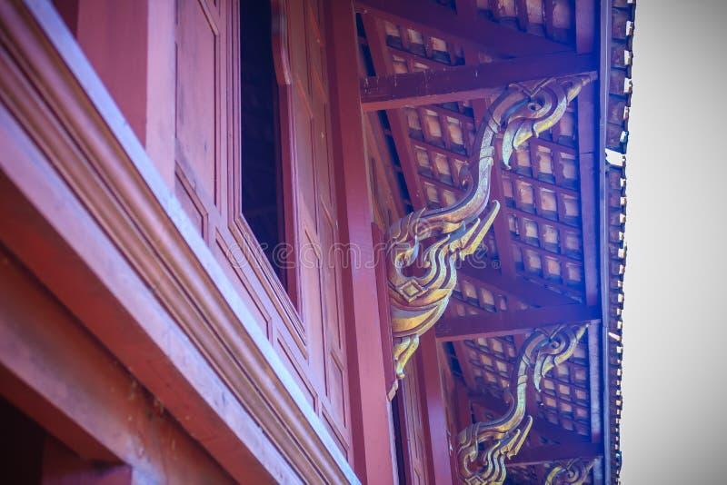 Schönes thailändisches Arthausnordmuster des hölzernen heftigen Verlangens des Teakholzes lizenzfreies stockfoto