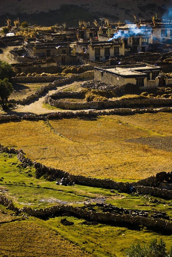 Schönes tibetanisches Dorf stockfotos