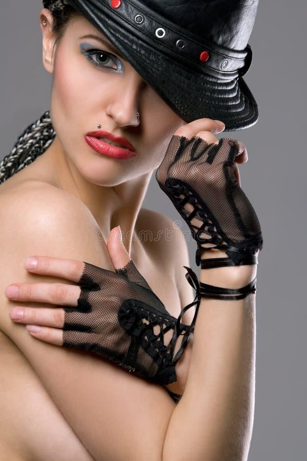 Schönes toplesses Baumuster mit Hut und Handschuhen stockfotografie