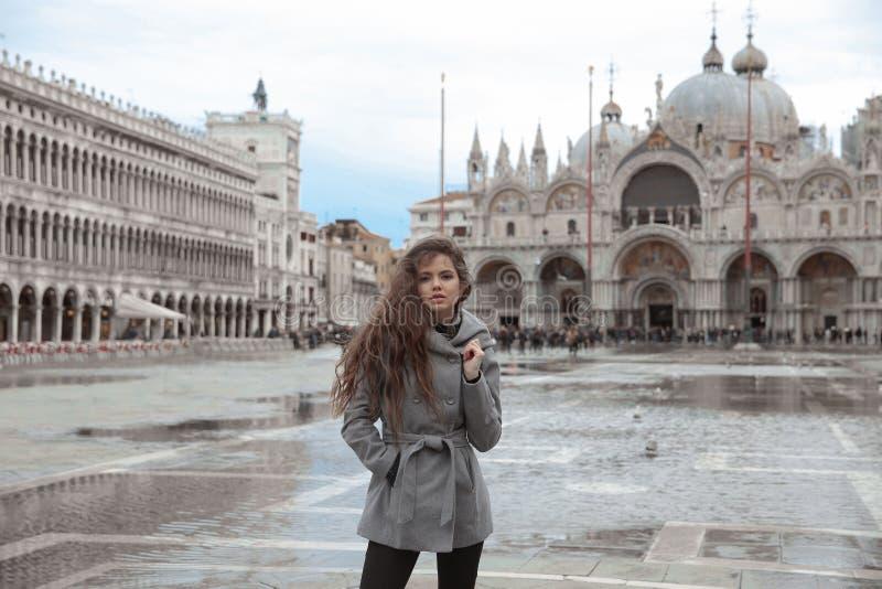 Schönes touristisches Mädchen mit dem langen gewellten Haar in Quadrat I Sans Marco stockfotografie