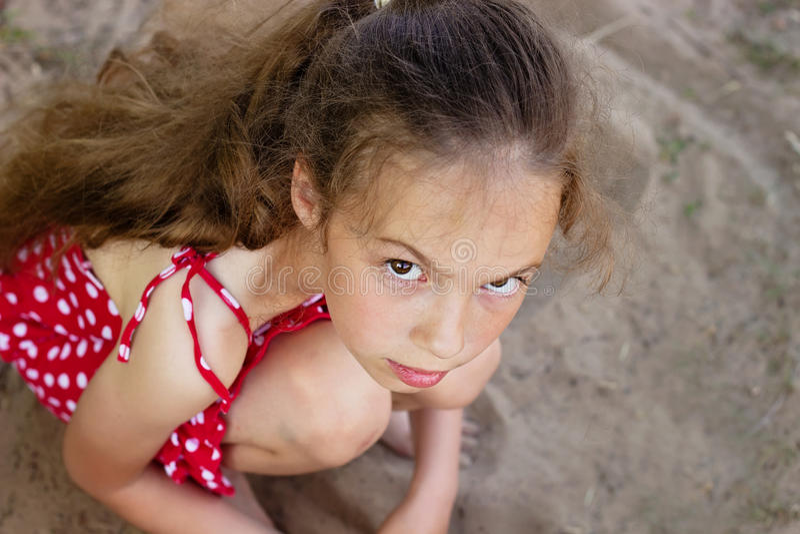 Schönes trauriges kleines Mädchen betrachtet mit ernstem Gesicht Kamera lizenzfreie stockbilder