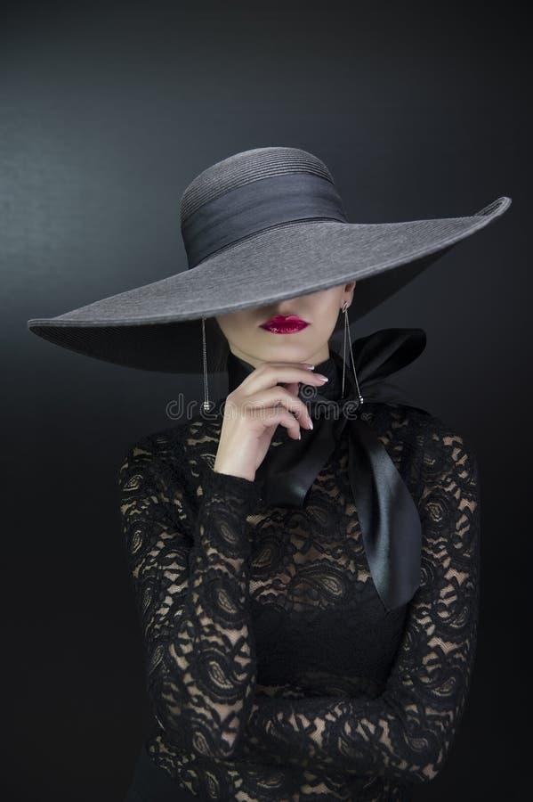 Schönes trauriges Mädchen in einem Hut lizenzfreies stockfoto