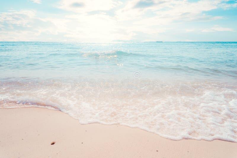Schönes tropisches der Strandmeerblick mit Sonnenlicht im Sommer stockfotografie