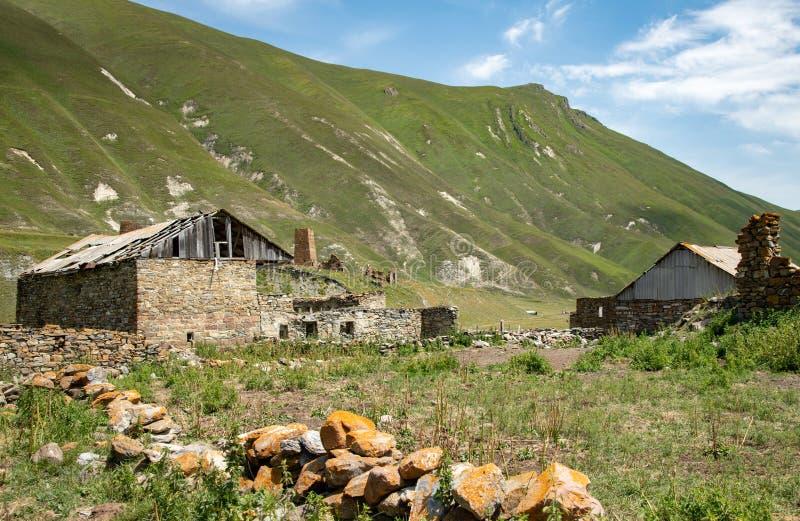 Schönes Truso-Dorf nahe der Kazbegi-Stadt in den Bergen O lizenzfreies stockfoto