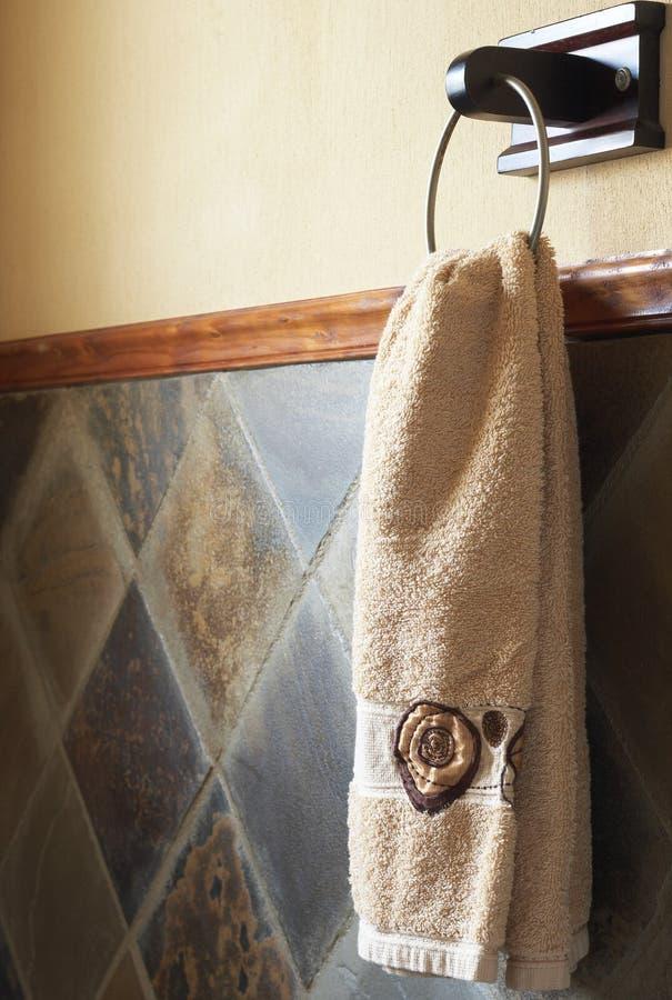 Schönes Tuch im Badezimmer stockbild