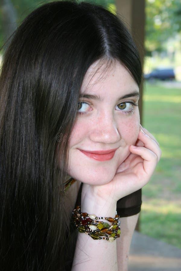 Schönes Tween-Mädchen, das draußen an der Schule sitzt stockfotos