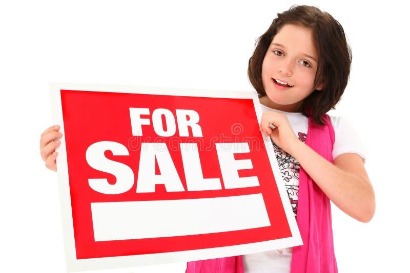 Schönes Tween mit für Verkaufs-Zeichen lizenzfreie stockfotos
