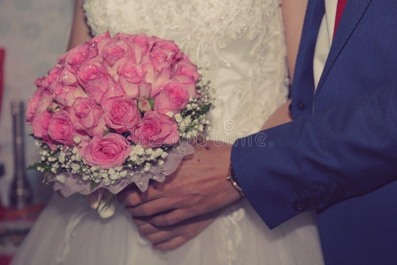 Schönes und buntes Rosa stieg Heiratsblumen für Braut in der Hochzeit lizenzfreie stockfotografie
