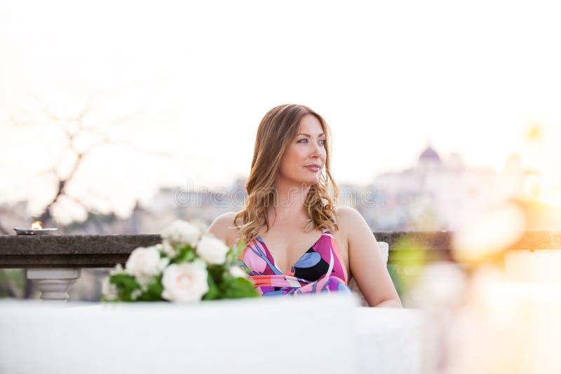Schönes und der hübschen Frau Sitzen im Freien lizenzfreies stockbild