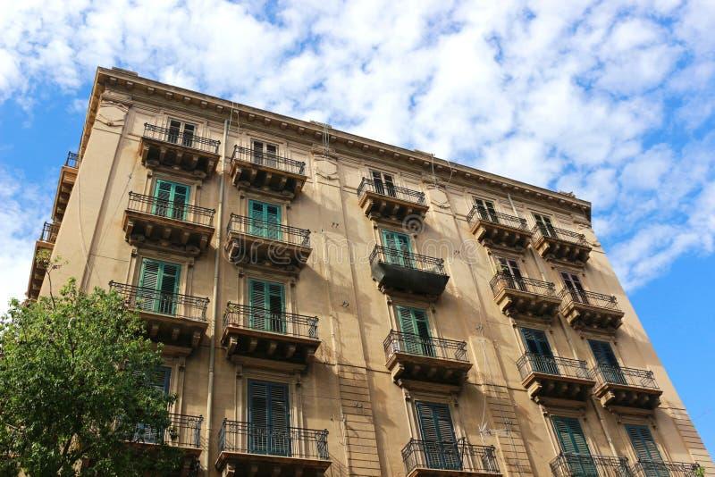 Schönes und großes altes Haus in Palermo, Italien stockbild