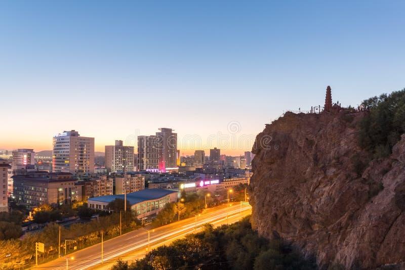 Schönes Urumqi-Stadtbild im Sonnenuntergang stockbild