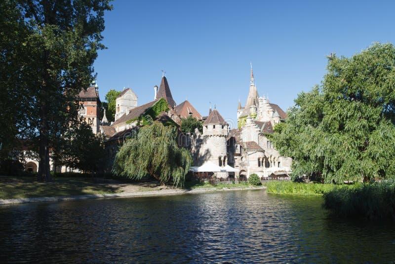 Schönes Vajdahunyad-Schloss auf dem Ufer des Sees Budapest lizenzfreies stockbild