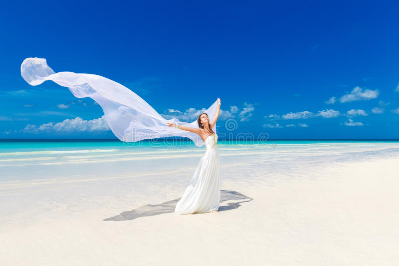 Schönes Verlobtes im weißen Hochzeitskleid und im Großen langen weißen trai stockfotografie