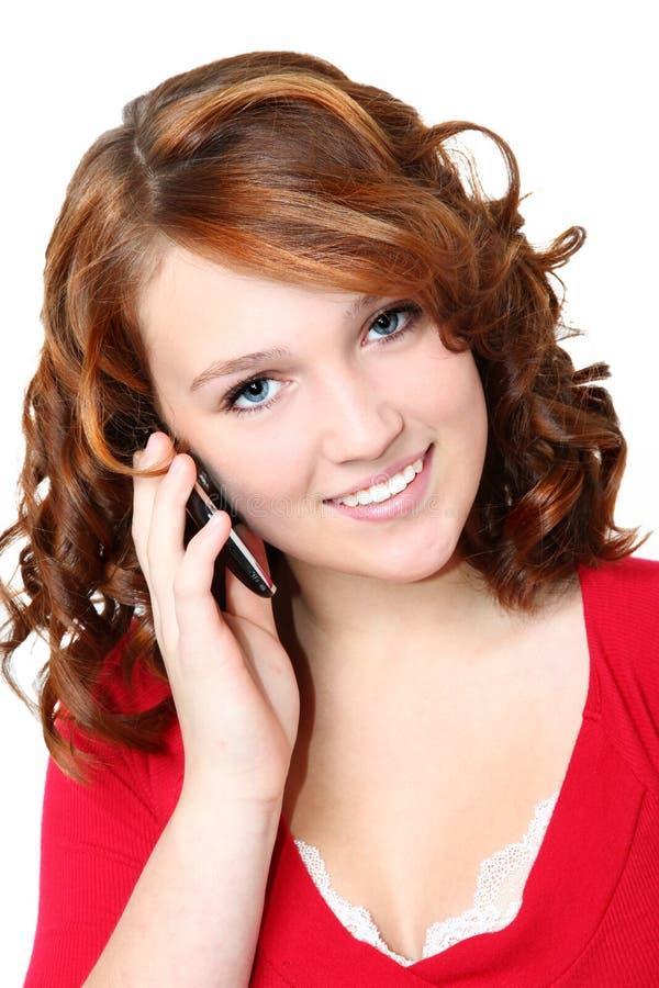 Schönes vierzehn jugendlich Mädchen mit Mobiltelefon lizenzfreie stockbilder