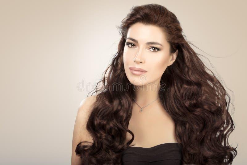 Schönes vorbildliches Mädchen mit dem herrlichen gesunden gewellten Haar lizenzfreie stockbilder