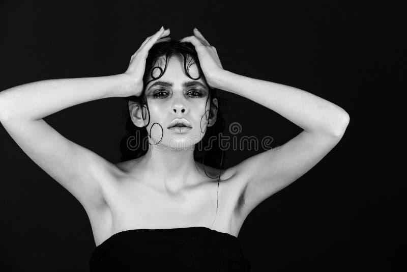 Schönes vorbildliches Mädchen mit moderner Frisur, Frau mit dem Modehaar lizenzfreies stockbild