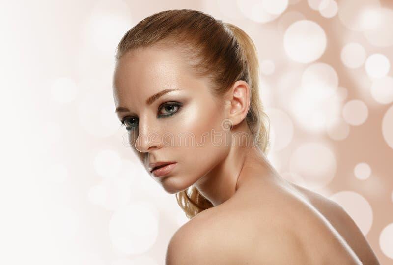 Schönes vorbildliches Woman Face mit Modemake-up lizenzfreie stockfotografie