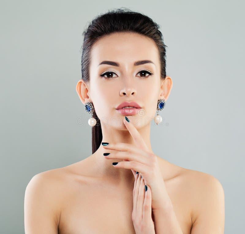 Schönes vorbildliches Woman mit Make-up, Maniküre stockbilder