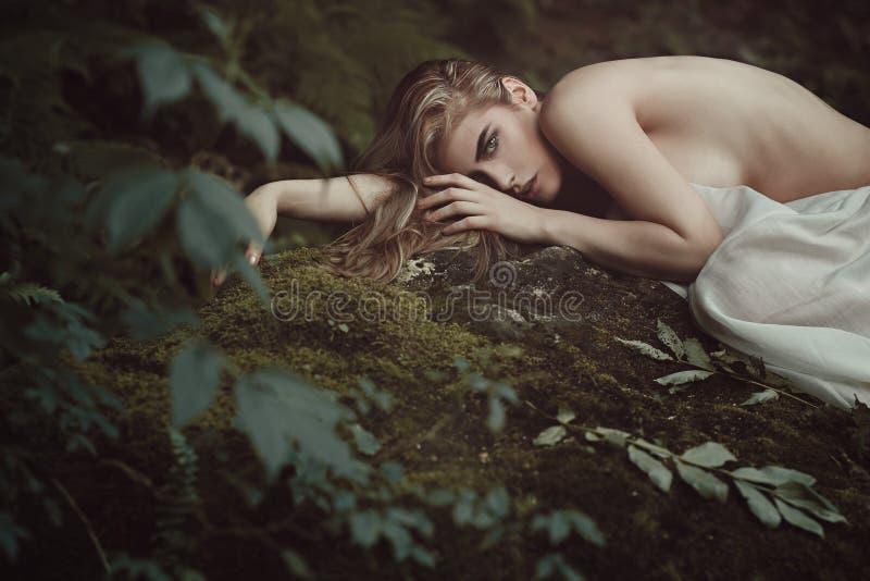 Schönes Waldmädchen im Mutter Natur-Frieden stockfoto