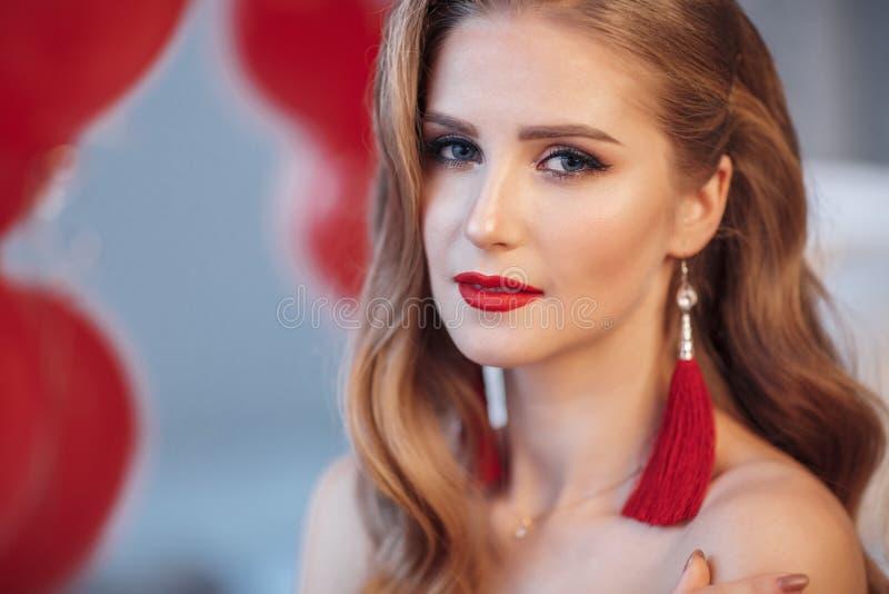 Schönes Warteweihnachten der jungen Frau zu Hause lizenzfreies stockfoto