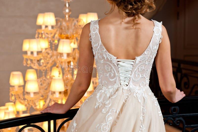 Schönes weißes Heiratskleid mit Stickereinahaufnahmeschuß stockbilder