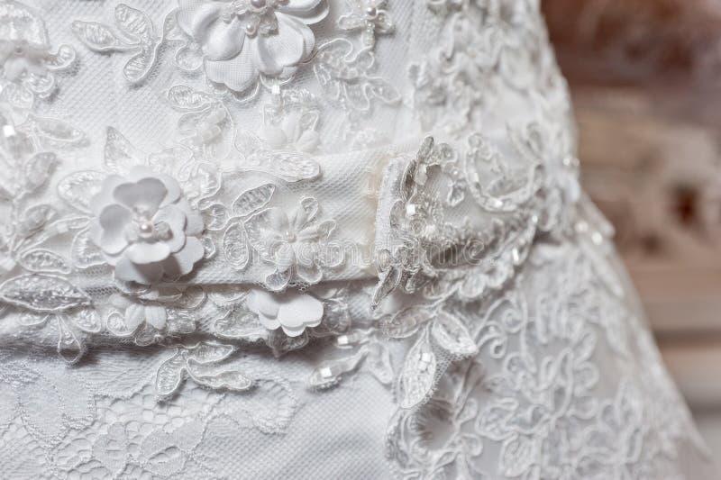 Schönes weißes Heiratskleid mit Stickereinahaufnahmeschuß stockfotografie