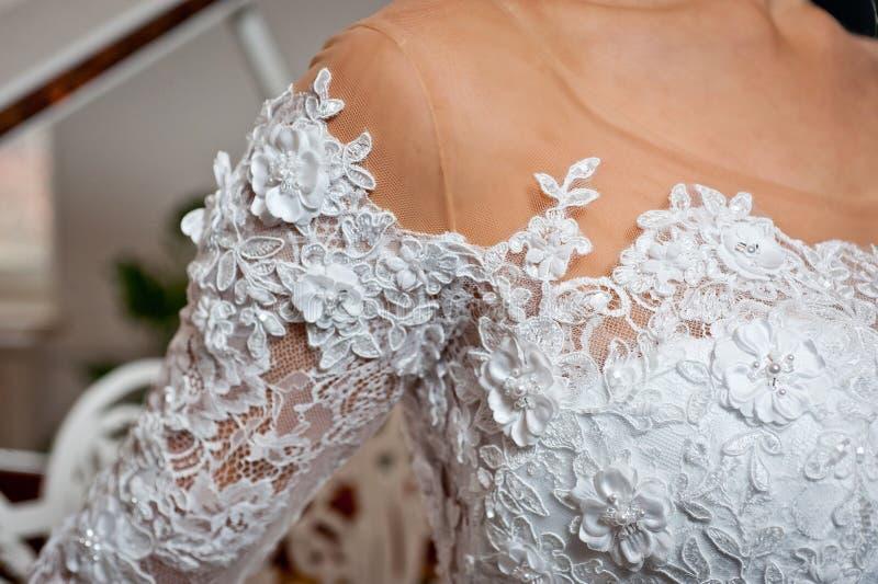 Schönes weißes Heiratskleid mit Stickereinahaufnahmeschuß stockfotos