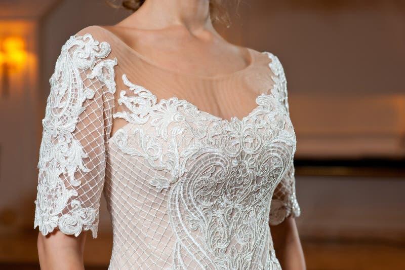 Schönes weißes Heiratskleid mit Stickereinahaufnahmeschuß stockbild