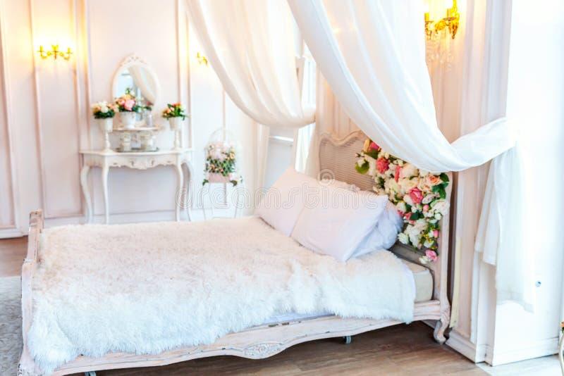 Schönes weißes helles sauberes Innenschlafzimmer in der luxuriösen barocken Art stock abbildung