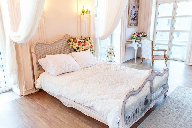 Schönes weißes helles sauberes Innenschlafzimmer in der luxuriösen barocken Art vektor abbildung