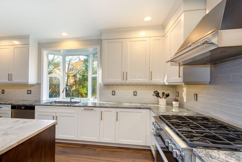Schönes weißes Küchendesign stockfoto