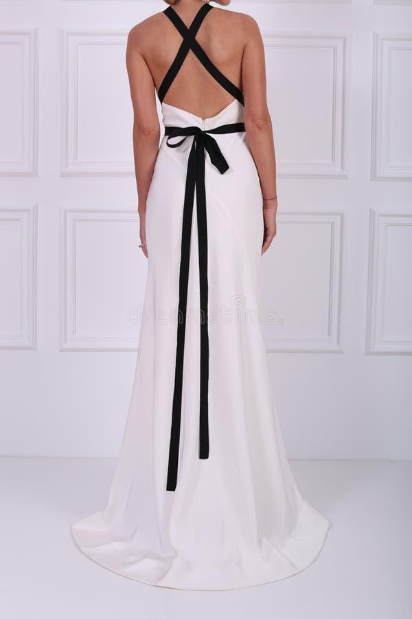 Schönes weißes Kleid stockfoto. Bild von hintergrund - 76148550