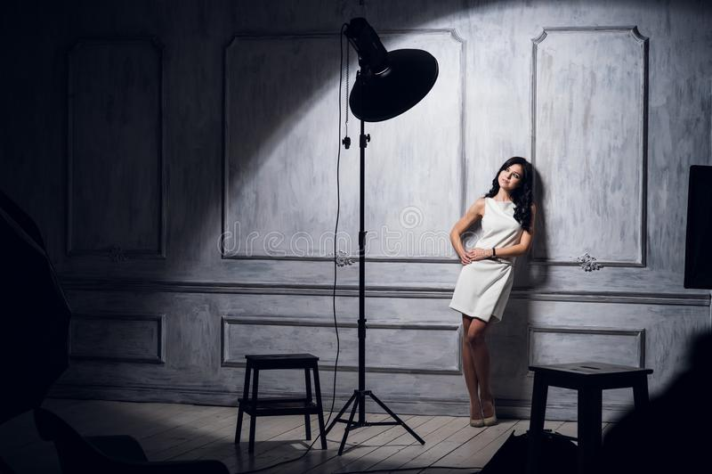 Schönes weibliches Baumuster, das am Studio in den hellen Blinken aufwirft stockbilder