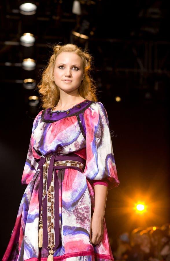 Schönes weibliches Baumuster an einer Modeschau (Russland lizenzfreies stockfoto