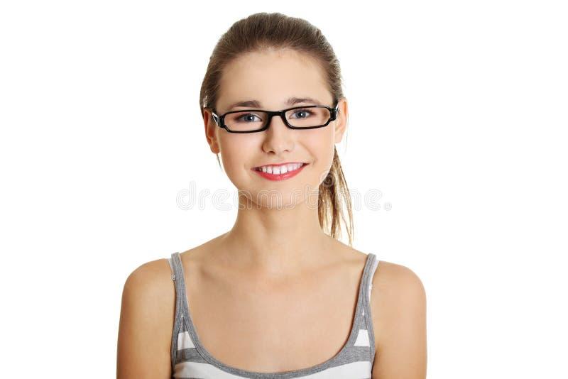 Schönes weibliches jugendlich mit Gläsern auf ihrem Gesicht. stockbild
